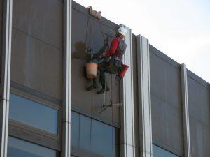 Последние приготовления: верхолазы моют окна «Космоса»