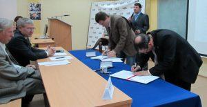 Юрий Кувалдин подписывает договор со стороны ВятГУ