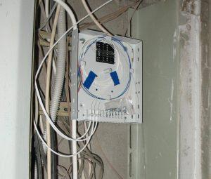 Оптический кросс Ростелекома в слаботочной нише многоквартирного дома
